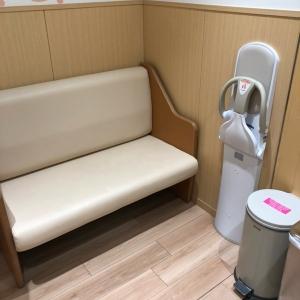 授乳できる椅子。ゴミ箱もありました