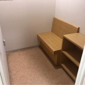 授乳室1。ベンチと棚がある。