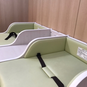 ※2019.3月撮影 おむつ交換台 2台 サイドに荷物を置くスペースあり
