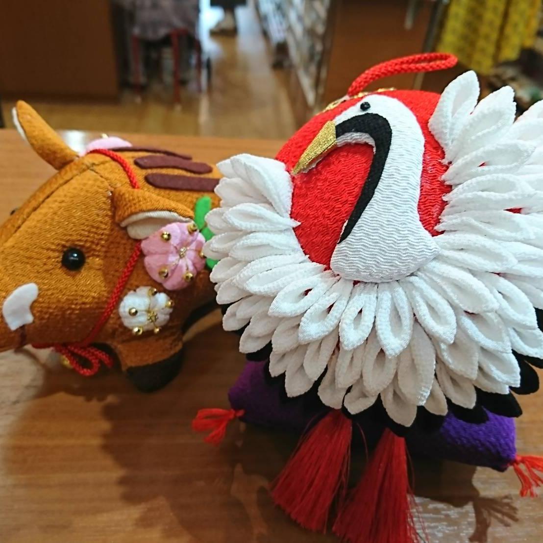 ちりめんで作られたイノシシと鶴 とっても素敵な作品です