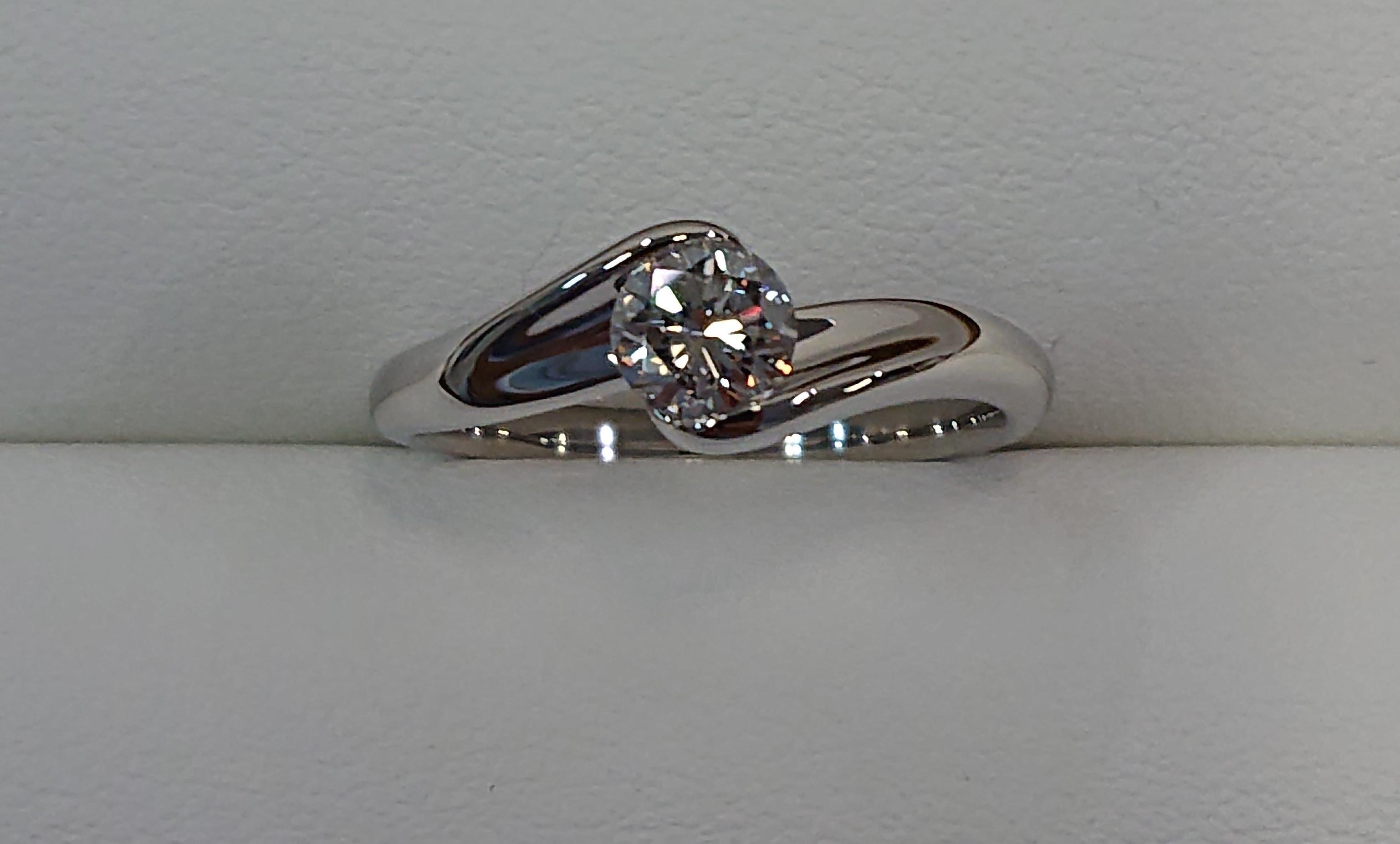 立て爪の指輪を引っかかりのない上品な指輪に