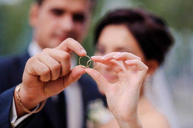 知っておくと便利な結婚指輪のアレコレ ~みんなの刻印事情編~