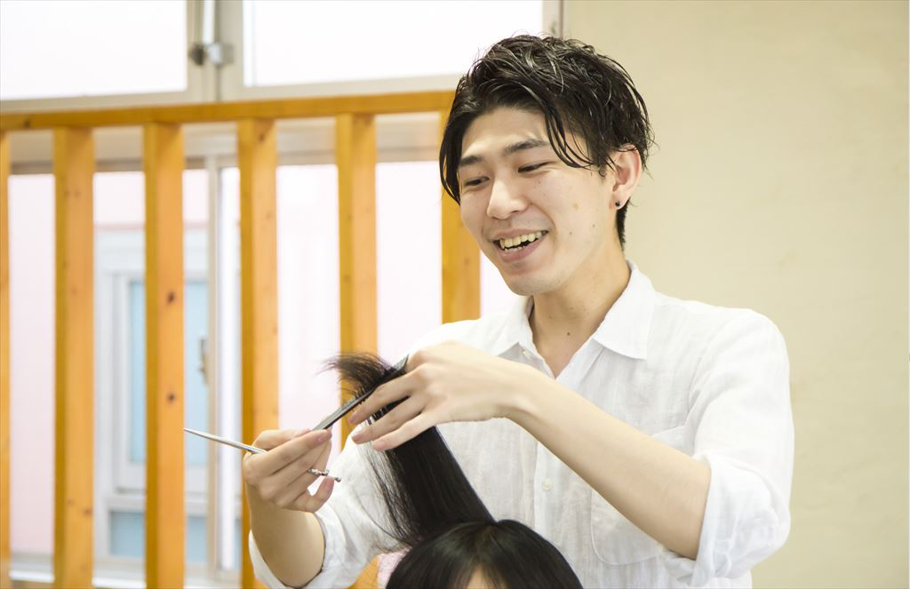 髪の毛をカットする美容師