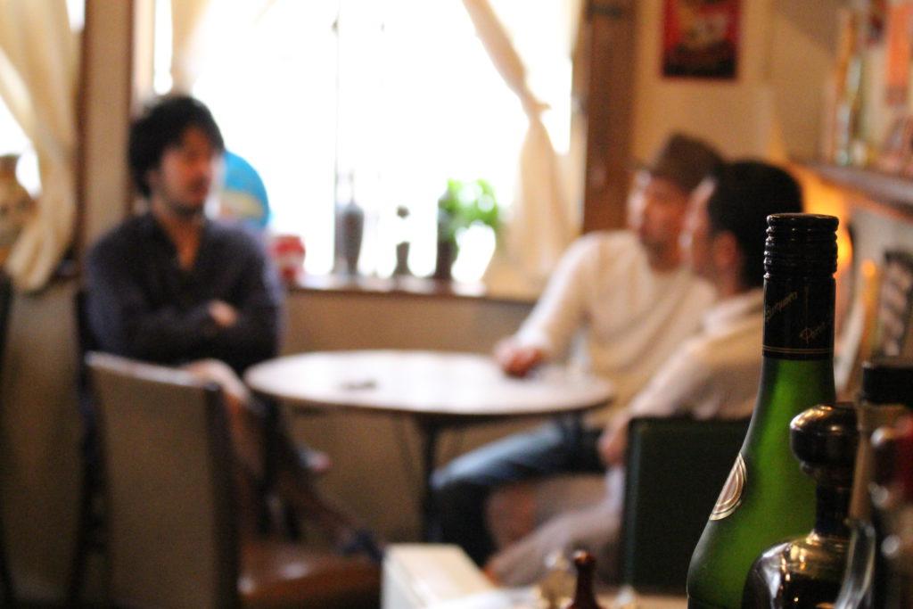 お互いの話を聞く飲食店経営者の男性3人