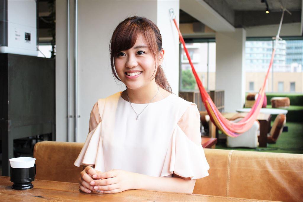 インタビューを受けるフリー素材モデルの河村さん