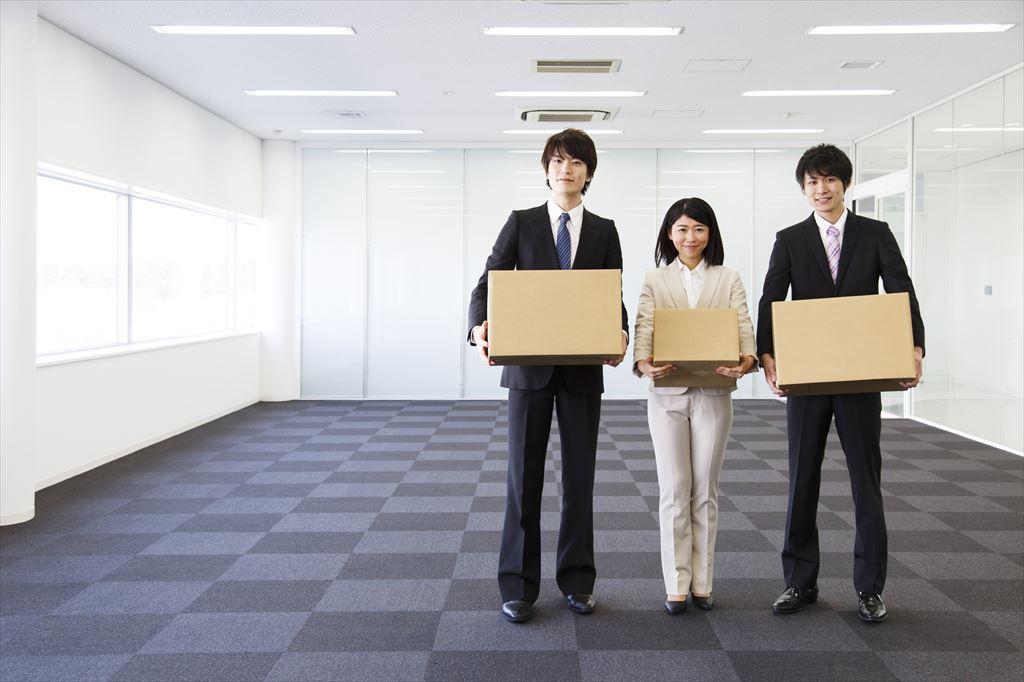 引っ越し作業をする男性と女性