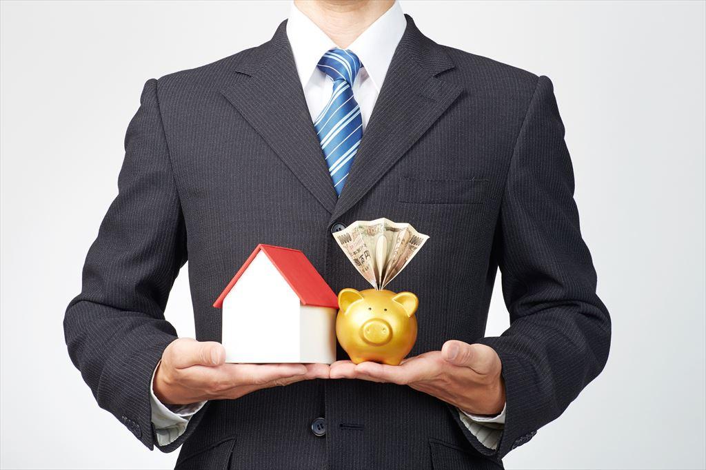 家とお金のモチーフをもつ男性