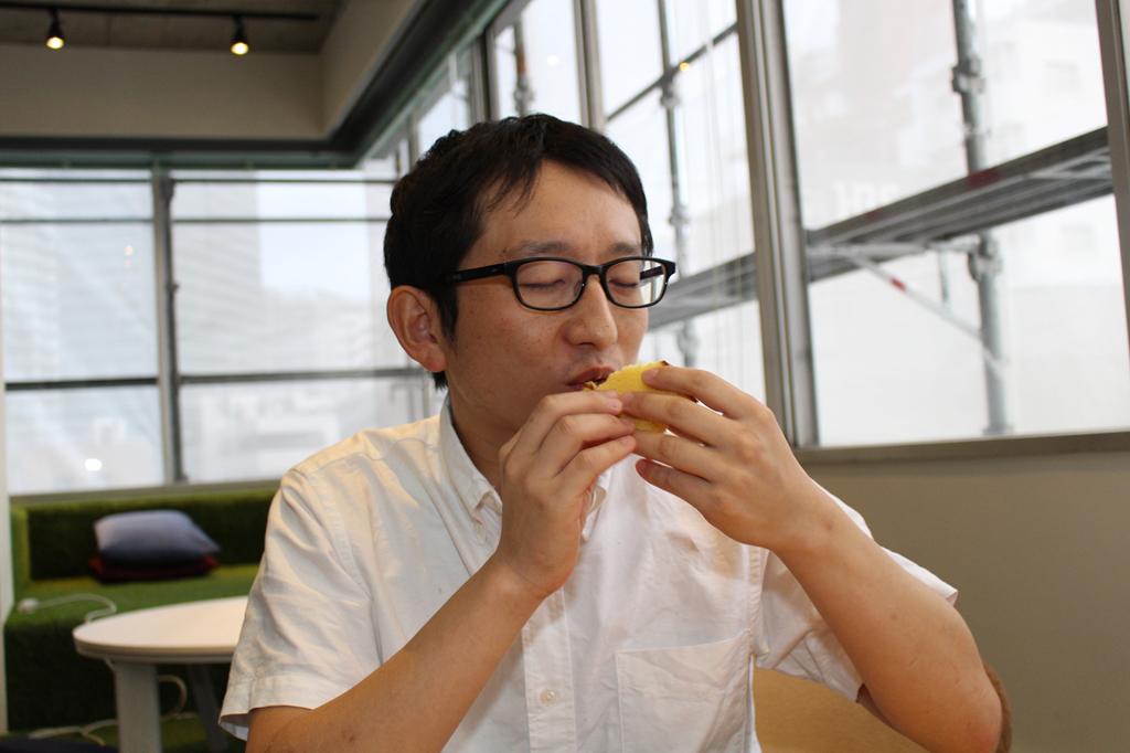 カステラを食べる斎藤さん