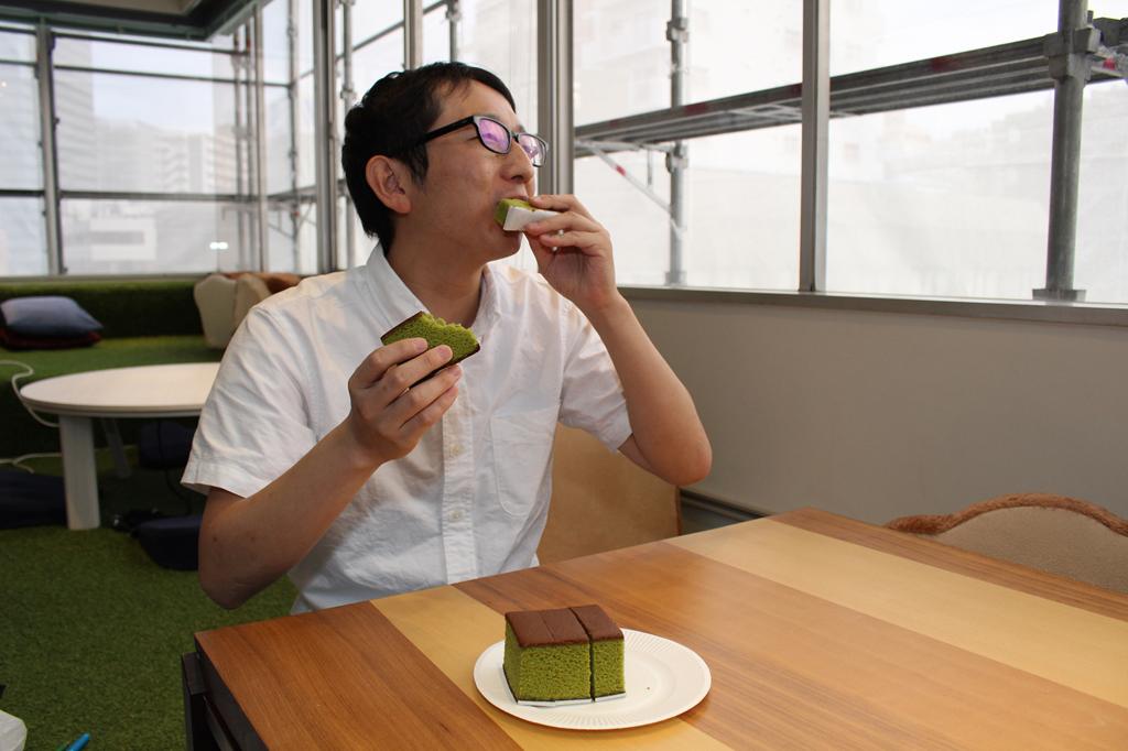 抹茶のカステラを食べる斎藤さん