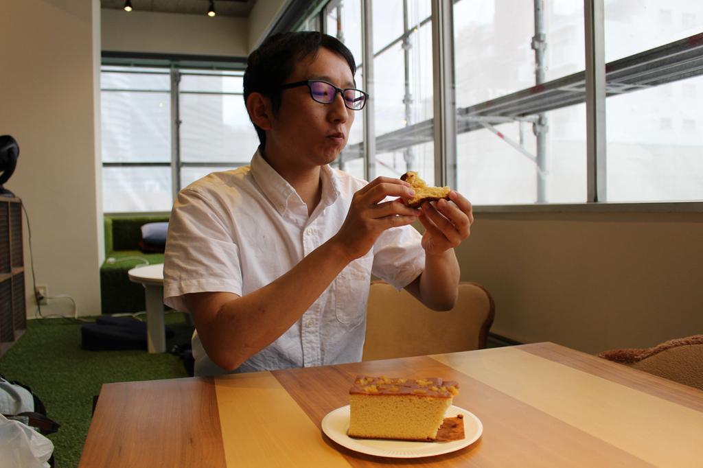 栗カステラを食べる斎藤さん
