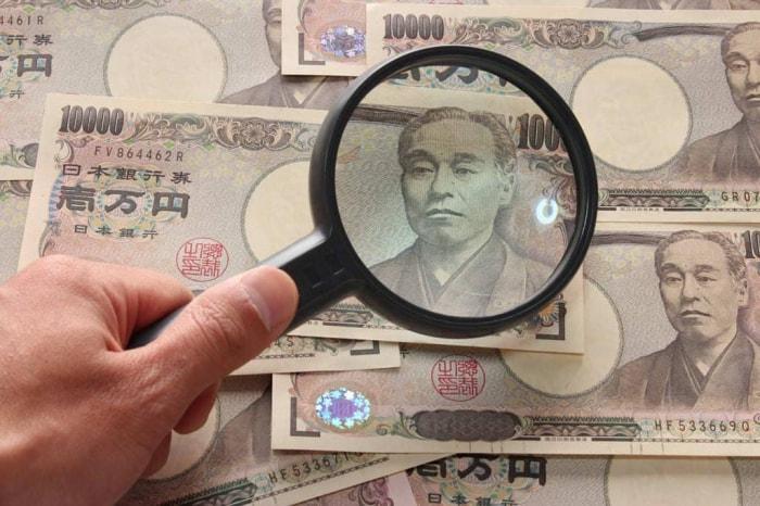 1万円札とルーペ