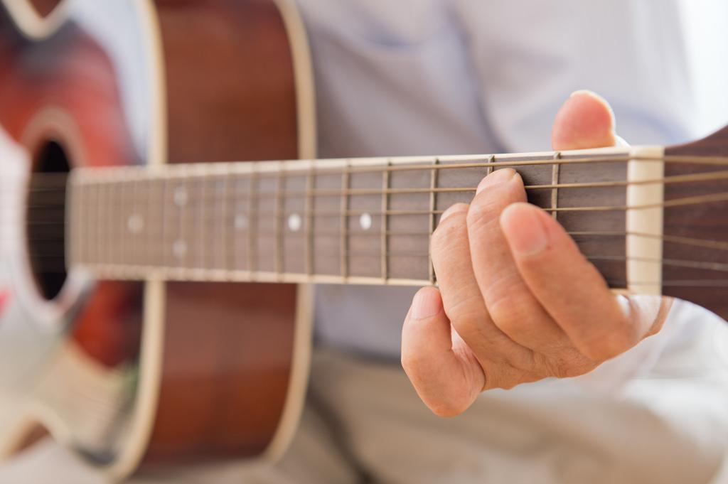 作曲する男性