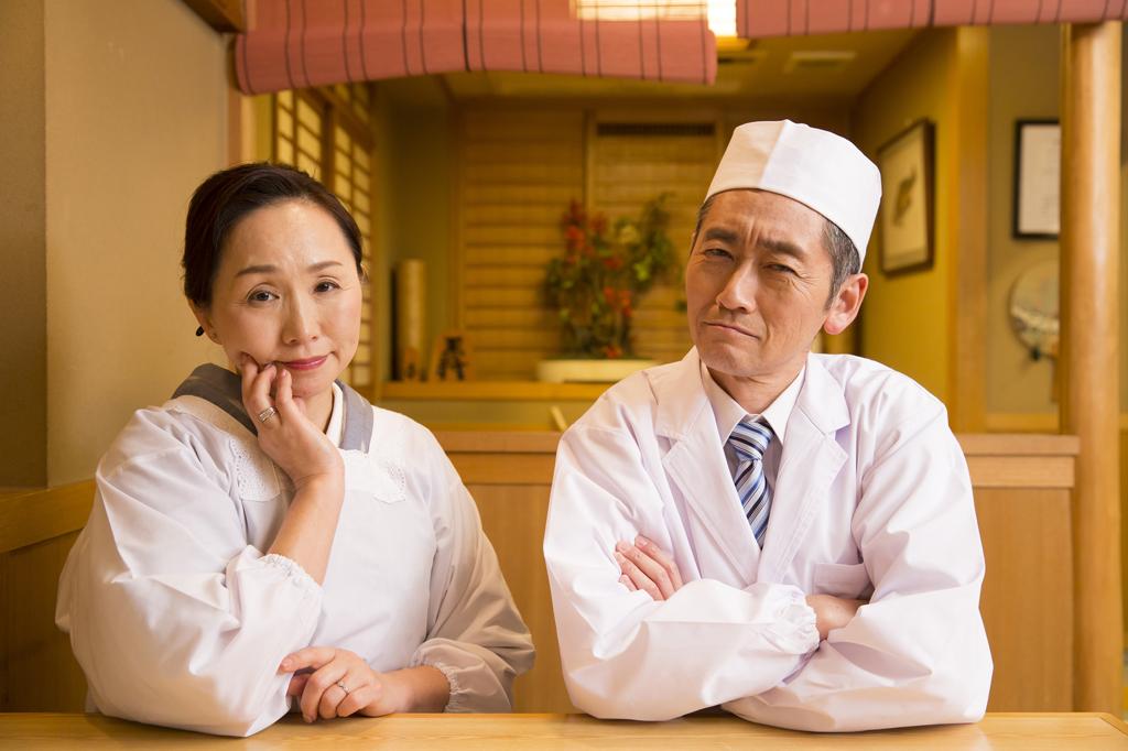 悩む飲食店夫婦