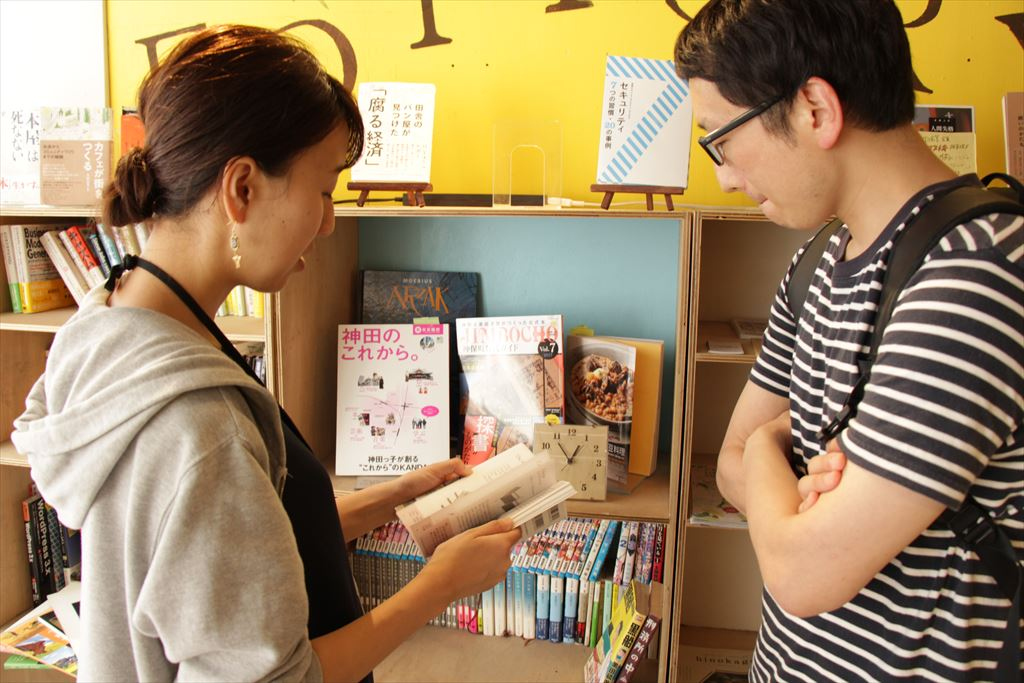 本を見せる横尾さん