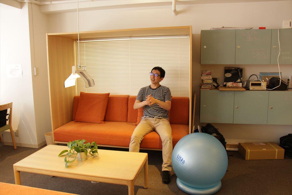 ソファに座る斎藤さん