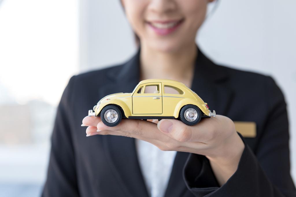 車を手にする女性