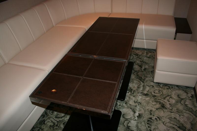 銀座 レザー張り特注テーブル
