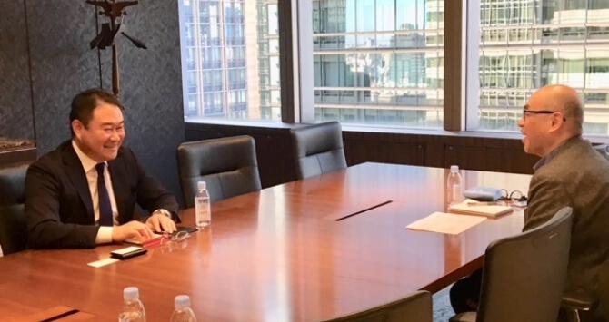 大久保さんと執筆者の対談の様子を示した画像です