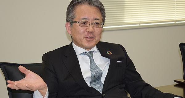 インタビュー中の氷坂氏の画像です