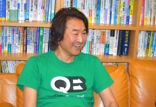 インタビュー中の本藤氏の画像です