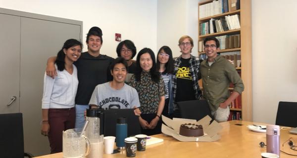 スタンフォード大学工学部研究室のメンバーの画像です