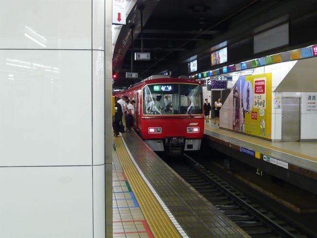 名鉄線の赤い電車