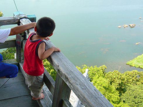 犬山城天守外廻縁の高欄と子供