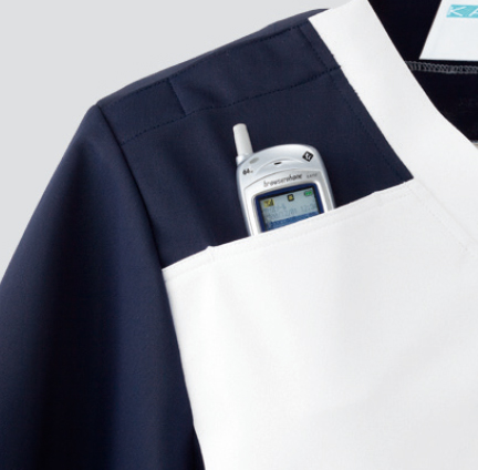 PHSが入るポケット 右胸上部に切り替えを利用したポケット付。
