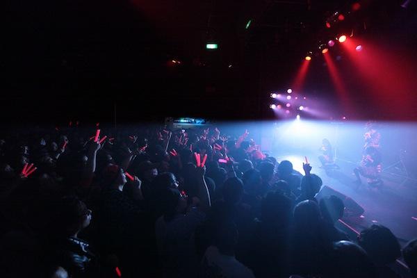 """""""アイドルとメタルの融合""""がテーマのBABYMETAL、「メタル女子会」に参戦"""