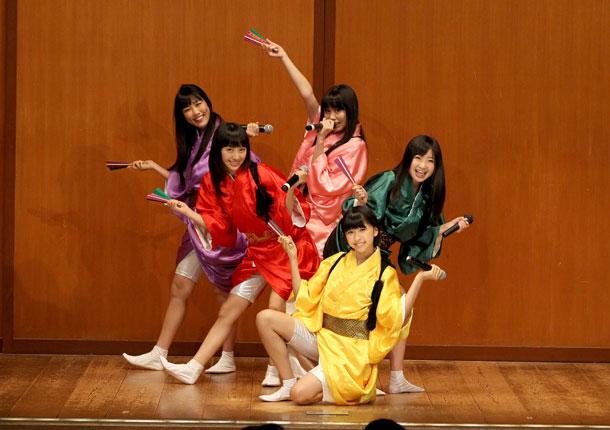 桃黒亭一門が鈴本演芸場にサプライズゲスト出演、新曲「ニッポン笑顔百景」熱唱