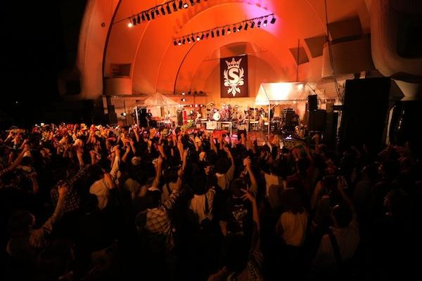 SCANDAL、アルバムリリース記念フリーライブに30カ国20万人が熱狂