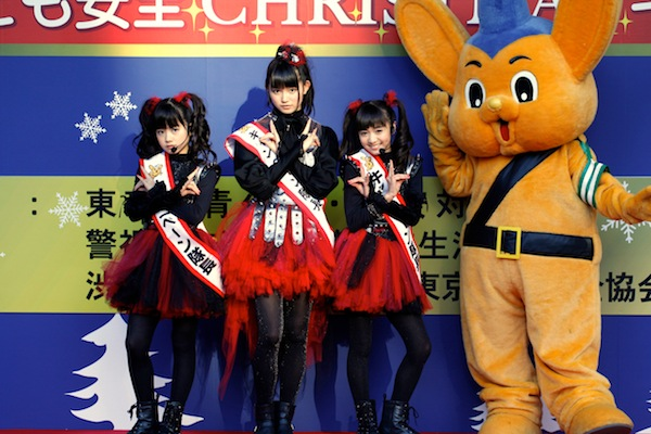 BABYMETAL、渋谷駅前で交通安全キャンペーン実施「飛び出し、ダメ、ゼッタイ!!」