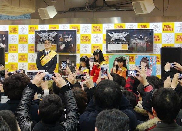 "BABYMETAL、シングル発売日に""世直しコス""で新宿を世直し"