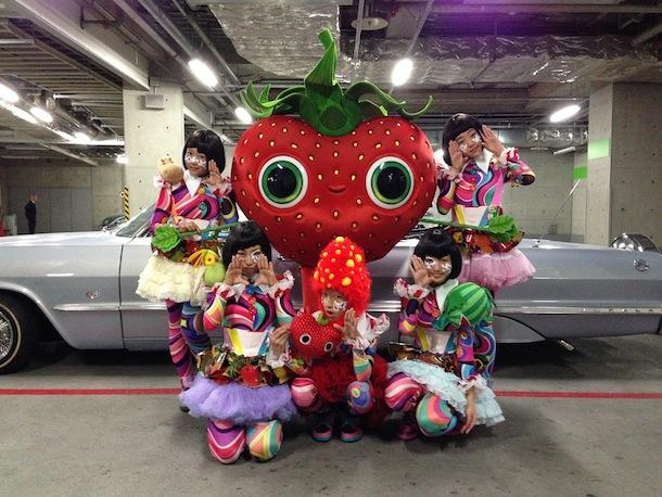 「ハロウィーンパレード」TEMPURA KIDZ and いちごちゃん集合写真