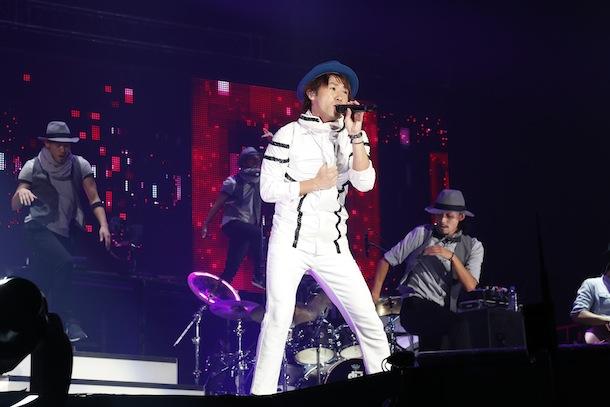 ライブで歌うナオト・インティライミ(白衣装)