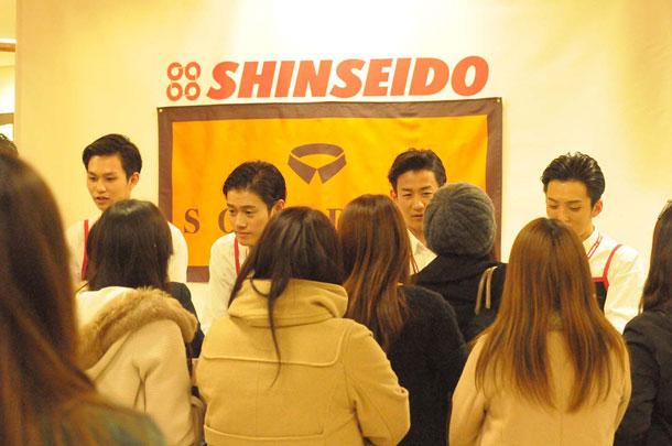 メジャー・デビューを目前に控えた話題の男性8人組、SOLIDEMOがCD店の1日店長に