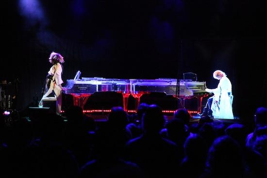 YOSHIKI、SXSWで世界各国の被災地に向けて追悼曲を即興で披露&バーチャルYOSHIKIと圧巻の共演