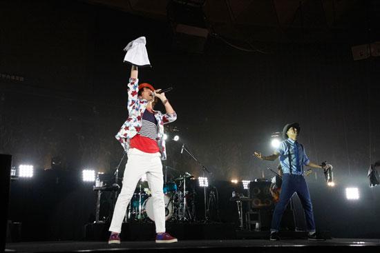ライブで盛り上げるナオト・インティライミ