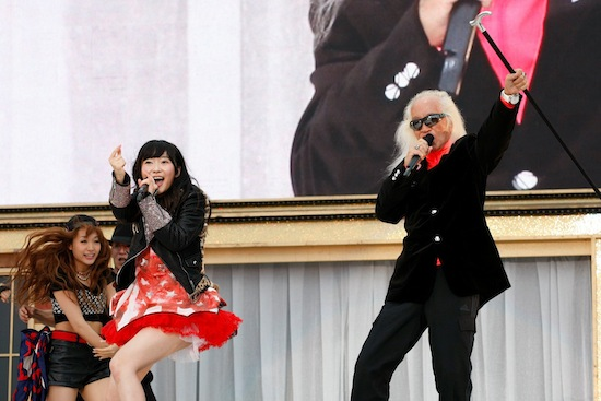 HKT48ライブに内田裕也がサプライズ出演、指原莉乃とのコラボ曲「シェキナベイベー」披露