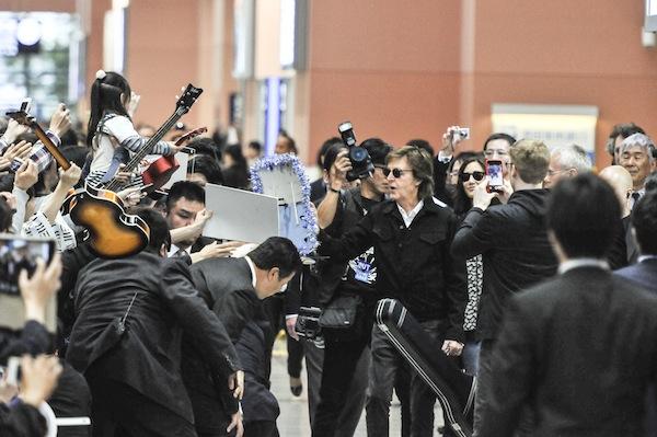 ポール・マッカートニー、来日公演のため関西国際空港に到着 撮影:河上良