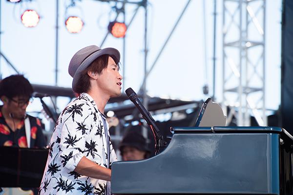 ライブでピアノを弾くナオト・インティライミ