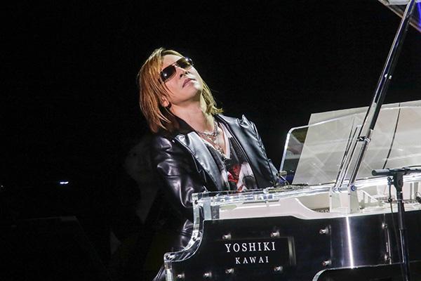 ライブでピアノを演奏するyoshiki