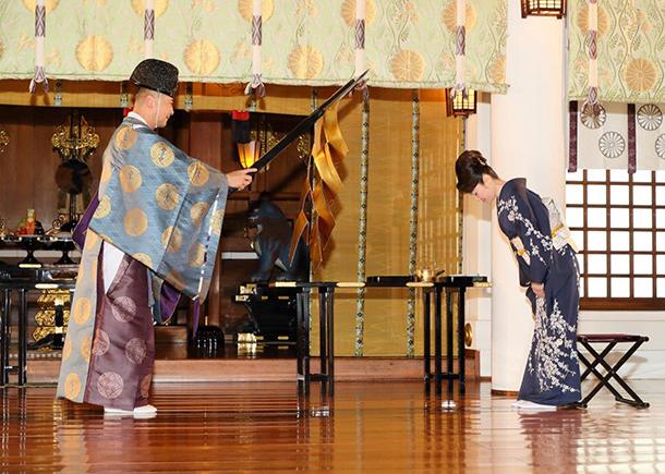 デビュー30周年の香西かおり、思い出の東京・日枝神社で新曲「わすれ花」ヒット祈願