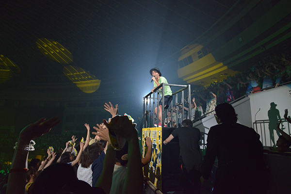 ライブ中トロッコで歌うナオト・インティライミ