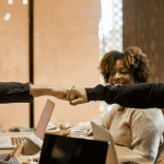 職場の人間関係が企業の経営や人事業務に与える影響とは?