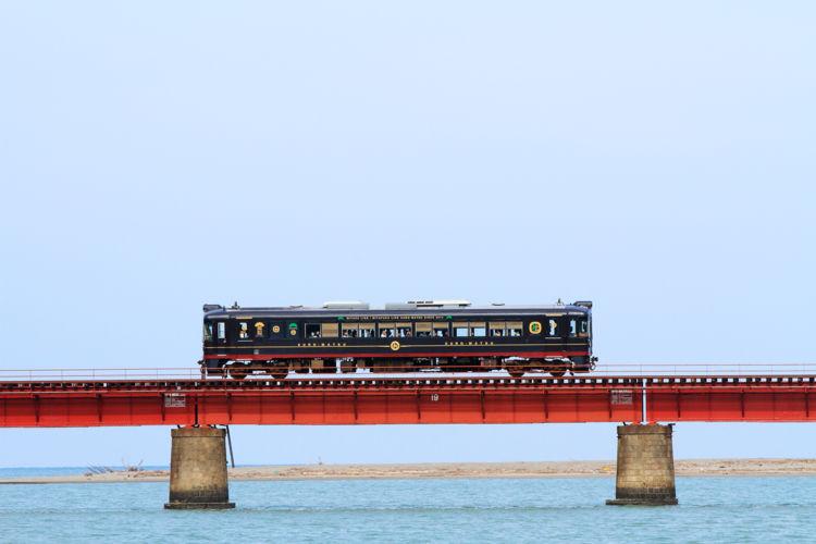 由良川橋梁では、速度を落として走行。ゆっくりと景色を楽しめます。