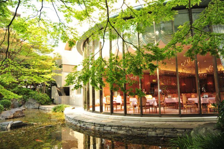 中庭を臨むレストランはまさにホテル品質
