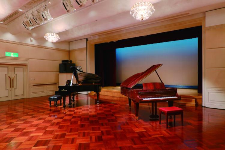 ホールではコンサートや講演会を開催