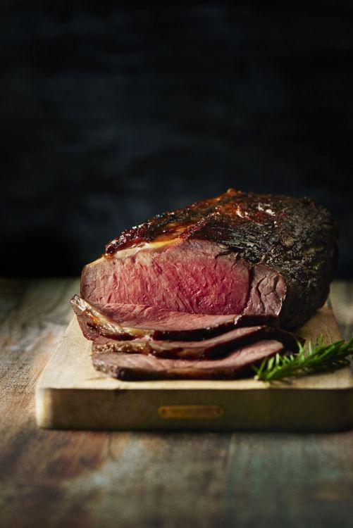 オープンキッチンでのパフォーマンスがゲストを楽しませてくれる。人気メニューは国産牛のローストビーフ