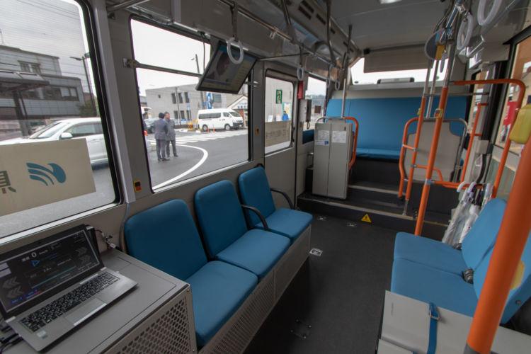 車種によって異なるが、車内構造は一般的なバスと大きく変わらない。